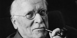 Voorouderenergie Swiss psychiatrist Carl Gustav Jung (1875 ? 1961), the founder of analytical psychology, 1960. (Photo by Douglas Glass/Paul Popper/Popperfoto/Getty Images)